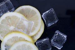 Cubos de hielo y rebanadas del limón Imagen de archivo