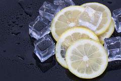 Cubos de hielo y rebanadas del limón Imágenes de archivo libres de regalías