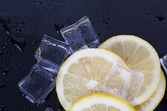 Cubos de hielo y rebanadas del limón Fotos de archivo