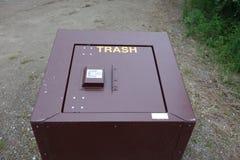 cubos de la basura de la Oso-prueba en los territorios del Yukón Imágenes de archivo libres de regalías