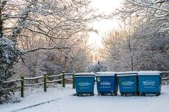 Cubos de la basura en la nieve en Londres Imagen de archivo libre de regalías
