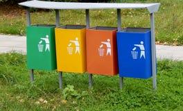 Cubos de la basura multicolores Fotos de archivo