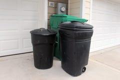 Cubos de la basura plásticos al aire libre Imágenes de archivo libres de regalías