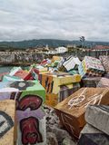 Cubos de la memoria nel porto di Llanes fotografie stock
