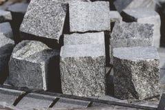 Cubos de la piedra del adoquín del granito en una pila para el nuevo pavimento Fotografía de archivo