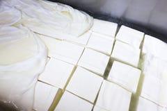 Cubos de la producción del queso feta Fotos de archivo libres de regalías