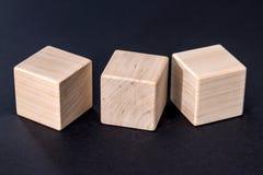 Cubos de madeira amarelos vazios isolados Fotografia de Stock Royalty Free