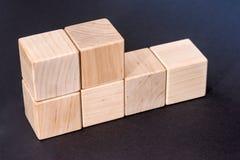 Cubos de madeira amarelos vazios isolados Foto de Stock