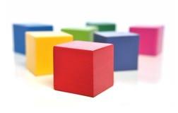 Cubos de madeira coloridos fotografia de stock royalty free