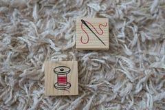 Cubos de madeira com artigos do agregado familiar imagens de stock royalty free