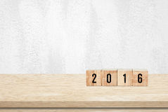 Cubos de madeira com o 2016 no fundo de madeira da tabela Fotos de Stock