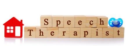 Cubos de madeira com o terapeuta de discurso do texto Imagem de Stock Royalty Free