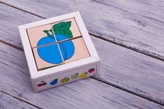 Cubos de madeira ecológicos com frutos Figuras geométricas coloridas no fundo de madeira Imagem de Stock