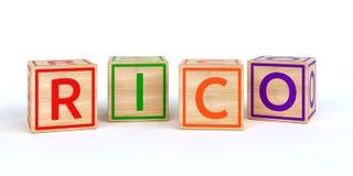 Cubos de madeira isolados do brinquedo com letras com rico do nome Foto de Stock