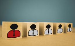 cubos de madeira sob a forma dos chefes e dos subordinados, subordina??o dos pessoais em um fundo azul fotos de stock