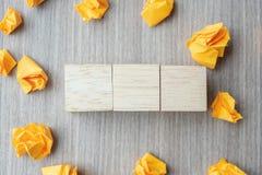 Cubos de madeira vazios com papel desintegrado no fundo de madeira da tabela Copie o espa?o para o texto imagens de stock royalty free