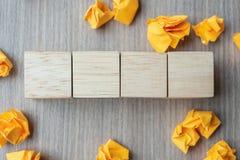 Cubos de madeira vazios com papel desintegrado no fundo de madeira da tabela Copie o espa?o para o texto foto de stock royalty free