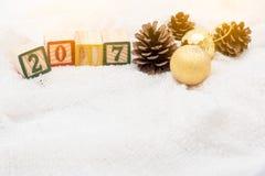 Cubos de madera con el concepto 2017 y conos del pino en la seda Fotografía de archivo libre de regalías