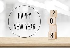 Cubos de madera con 2018 y Feliz Año Nuevo sobre backgr del bokeh de la falta de definición Foto de archivo libre de regalías