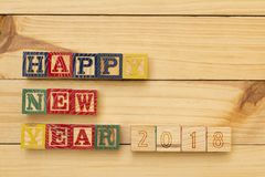 Cubos de madera del Año Nuevo en la tabla de madera Foto de archivo libre de regalías