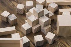 Cubos de madera en la tabla Foto de archivo