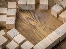 Cubos de madera en la tabla Imagen de archivo