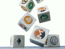 Cubos de queda do vintage com a imagem da moeda cripto em um whi Foto de Stock
