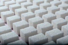 Cubos del azúcar blanco refinado la forma geométrica correcta en un fondo rosado Salvapantallas del extracto de Minimalistic Imagen de archivo