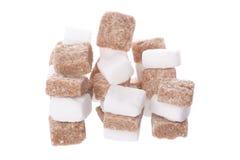 Cubos del azúcar blanco y marrón Foto de archivo libre de regalías