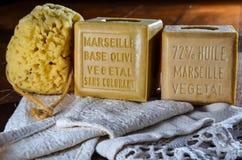 Cubos del jabón natural de Marsella con la esponja y la toalla de baño imágenes de archivo libres de regalías
