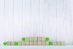 Cubos del juguete y hojas verdes del trébol imágenes de archivo libres de regalías