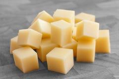Cubos del queso amarillo Imagen de archivo