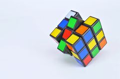 Cubos del ` s de Rubik en el fondo blanco Fotos de archivo