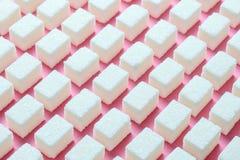 Cubos do açúcar branco refinado a forma geométrica correta em um fundo cor-de-rosa Screensaver do sumário de Minimalistic Fotografia de Stock