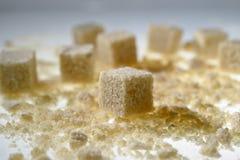 Cubos do açúcar mascavado fotos de stock
