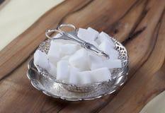 Cubos do açúcar na bacia de prata Imagem de Stock Royalty Free