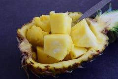 Cubos do abacaxi em sua própria bacia do abacaxi imagem de stock royalty free