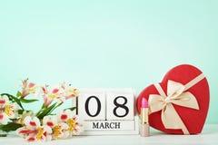Cubos do calendário com flores Imagem de Stock