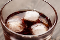 Cubos do gelo no vidro com bebida Imagens de Stock Royalty Free