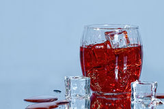 Cubos do vidro e de gelo da bebida Fotos de Stock