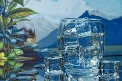 Cubos do vidro e de gelo da bebida Imagens de Stock