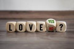 Cubos e dados com amor sim ou não imagem de stock