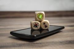 Cubos e dados com segurança do Internet e anti proteção do vírus fotos de stock royalty free