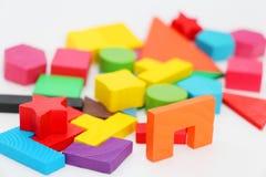 Cubos e figuras com os n?meros apresentados aleatoriamente em um fundo branco imagem de stock