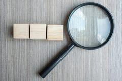 Cubos e lupa de madeira vazios no fundo de madeira da tabela SEO, visão, ideia, estratégia, análise, objetivos e conceito dos val imagens de stock royalty free