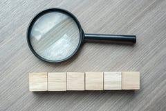 Cubos e lupa de madeira vazios no fundo de madeira da tabela visão, ideia, estratégia, análise, objetivos e conceito dos valores fotos de stock