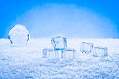 Cubos e neve molhados de gelo Imagem de Stock Royalty Free