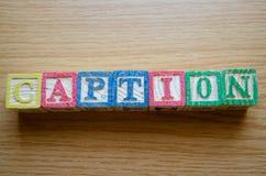 Cubos educacionais do brinquedo com as letras organizadas para indicar a palavra SUBTÍTULO - editando metadata e otimização do Se imagens de stock royalty free