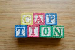 Cubos educacionais do brinquedo com as letras organizadas para indicar a palavra SUBTÍTULO - editando metadata e otimização do Se foto de stock royalty free