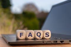 Cubos em um formulário do caderno a abreviatura 'FAQ ' imagem de stock